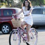Jako princezna: Lea Michelle vyrazila do města na oblíbeném růžovém kole jako dáma.