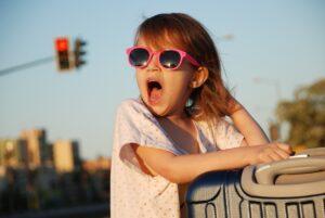 Jak chránit dětské oči před UV zářením a proč příliš tmavá skla spíš škodí než pomáhají?