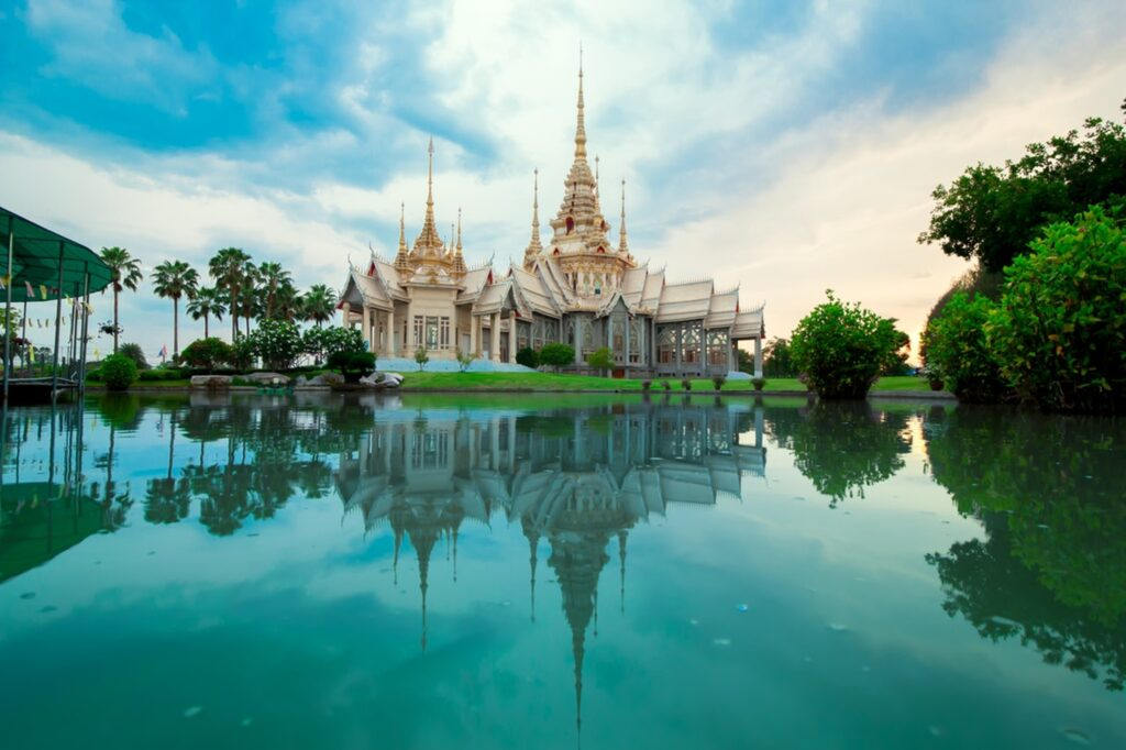 Thajsko spojuje pláže, budhistické mnichy i mrakodrapy