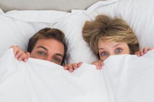 Nebezpečí číhá v posteli. Jak často měnit ložní prádlo?