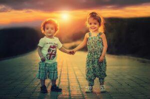 Oslavte Den sourozenců. Jaké jsou rodinné vztahy slavných?