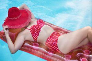 Vyzrajte na koláče v podpaží! 5 textilních materiálů, které se hodí na léto